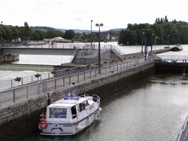 """Une NAMOURETTE à ht. du FLORENCE """"cabines d'hôtes"""" de passage à Namur, le QUINTUS-QUARTIER au Grognon et CARPE-DIEM (B) en stationnement dans le garage aval - Parmi les 38 bateaux sassés à La Plante, ce 12 juillet 2012; ONS TEUNTJE (NL), MIDI Dufour 40 (GB), NORMA (B), FR-HU (B), MARIA CATHARINA (NL), DC MOSA 2 (NL), MEUSE-ARDENNES (B), AÏDA (B), KARIN (B), SHIPRAH (NL).."""