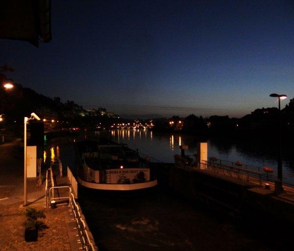"""DC MOSA 2 (NL), DC MOSA 1 (NL), KEALE (B), TUBANTIA (B), SATANAS (B), RAYPA (B), AVENA (NL), SAPHIR (B), MANAUS (F), JACKY (B) + barge """"Port de Beez"""", BRIZO (B) , ... Bouchon à La Plante vers 13h00 !  -  30 bateaux dont 19 marchands à 19h30."""
