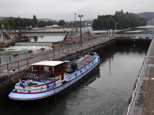 Chômage Haute Meuse J-2 - Derniers chargements marchands, fermeture des ports de plaisance, transits entre Namur et la France, évacuation des bateaux en stationnement dans les biefs,... - SAMANTHA (CH), MELISSA (B) pousseur de la capitainerie d'Amée, MAÏTE (B), MARIA (NL), FELY (B), parmi les bateaux de la matinée du 13 septembre 2012.