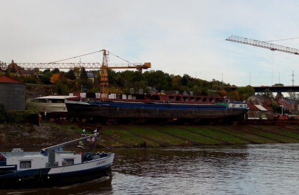 """Vue sur BEEZ,  son chantier naval  """"Meuse & Sambre"""" et son voisinage..."""