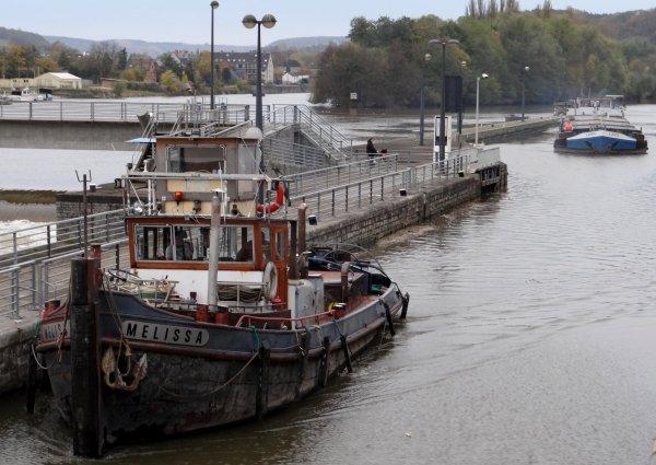 A l'ouverture ce jeudi 8 novembre, près de 3 heures d'arrêt de navigation suite à des actes de vandalisme!    -  Parmi les bateaux du jour; LAGO (B), MELISSA (B), NOUMEA (B), DC MOSA 1 (NL), MIRA-CEDENATHO (NL) refusé pour dépassement d'enfoncement autorisé &  BEN (F), ces deux derniers, nouveaux sur la Haute-Meuse, n'auront pas le même souvenir!  Désolé pour le 1er, mais les éclusiers doivent effectuer ces contrôles!