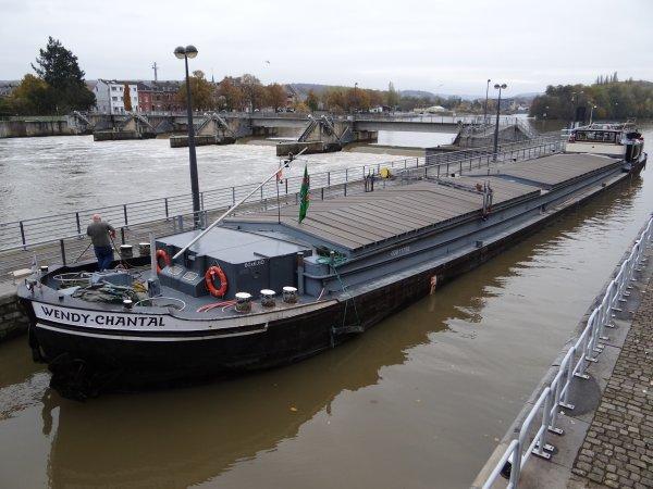 WENDY-CHANTAL (NL) de retour de Givet... Faible trafic de novembre avec une moyenne de 5 à 12 bateaux par jour depuis 2001!