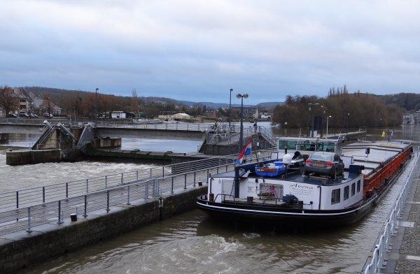 Régime crue pour la navigation sur la Haute-Meuse ( + de 300 m³/sec. >  310 m³/sec à Chooz à 9h)  Parmi les bateaux du jour; CHRISTINA (NL), SAPHIR (F) et son nouvel équipage, AVENA (NL), HELLBOY (B), MEMPHIS (F), WENDY-CHANTAL (NL), LOMA (B), ...