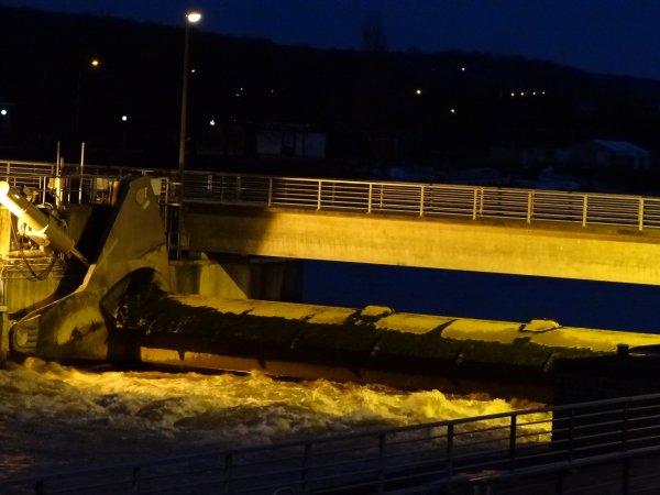 Les bons v½ux des amis bloggeurs en cette veille de Noël ... Débit Haute-Meuse stabilisé à +- 550 m³/sec, les vannes descendent légèrement. Le trafic fluvial est nul depuis ce 22 décembre après 9h15 à La Plante. Après les barrages... , à Thieu, la première écluse automatisée en Wallonie, c'est pour début 2013...