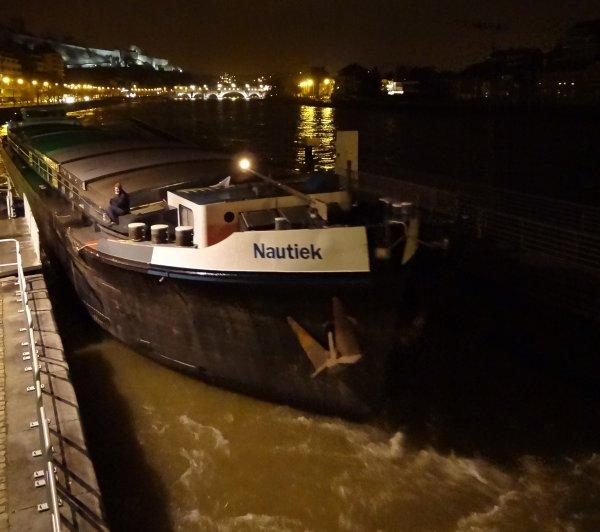NAUTIEK (B) en première sassée à 6h00 ce 27 décembre 2012 à destination de Givet par 552 m³/sec. à Chooz.