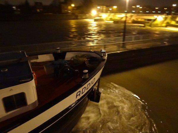 ADDIO (NL),  l'unique bateau de la journée du 3 janvier 2013, à destination de Givet.... Invitation à la projection du film de Xavier Istasse, Les Gens du Fleuve...