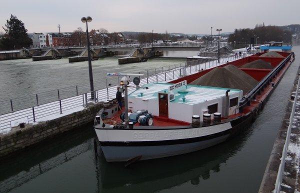 """L'unique bateau du jour, le """"DC MOSA 2""""  -  Des sangliers traversent la Meuse à Wépion! -  L'actualité du Kairos (F) en vidéo ... - Certificat communautaire pour la navigation de plaisance ou professionnelle (?)."""