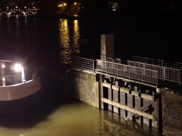 TORPEDO (F) & SERENA (B) se croisent avant le levé du jour sur l'entrée de la Haute-Meuse. Le deuxième sera suivi par le SAPHIR (F) et le ILMA (NL) à destination de Givet.