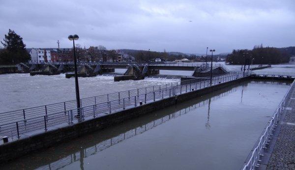 Dégel, fonte des neiges et pluie, cela démarre à Chooz....pendant que les métallos liègeois d'Arcelor-Mittal manifestent à Namur!