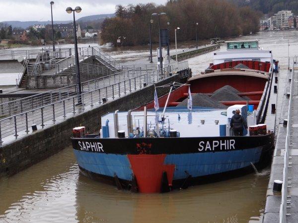 Toujours le régime crue (+ de 300 m³/sec.) pour la navigation, mais léger appaisement du débit qui permet la navigation avalante sur la Haute-Meuse (- de 600 m³/sec.) WENDY-CHANTAL, NATACHA, WOFRARI, HEJEBA, BATTELLO, SAPHIR, SAN ANTONIO.