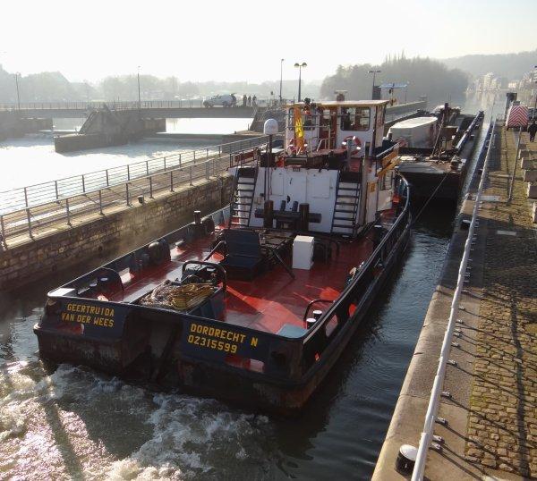 """FILOS (NL) Rotterdam - GT.1371 - 77,24 m. 10,25 m. 2,69 m.chargé de 1220 tonnes (2,50 m.) de cellulose à destination du port de Givet. Le pousseur """"GEERTRUIDA""""+ LASTDRAGER 19 (NL) avec un colis de 264 tonnes... - SAMARKAND (B)"""