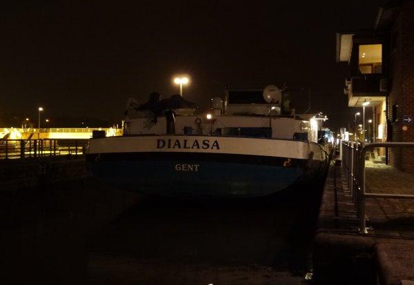 Eclusier plus longtemps, barragiste de moins en moins, et maintenant garde-barrière!  Le nouveau portique (télécommandé) est placé sur la passerelle du barrage de La Plante. Fera-t-il couler moins d'encre que la 1ère version?   Bienvenue à l'équipage du DIALASA.