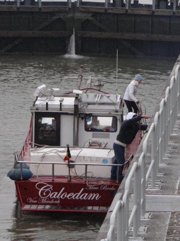 Après HELLBOY, notre marchand régional, CALOEDAM, le 1er. plaisancier de l'année entre sur la Haute-Meuse... LUXOR avalant chargé, fera la pause dominicale dans le bief namurois ;)