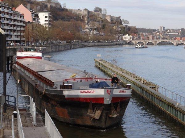 Moins que la température (16°), mais néanmoins légère remontée du trafic journalier, avec 8 bateaux ce 5 mars 2013. ESMI-PAROLA-NAXOS-SAPHIR<-DESCHIETER 17-BEATRICE-ESMI<-KANANGA.