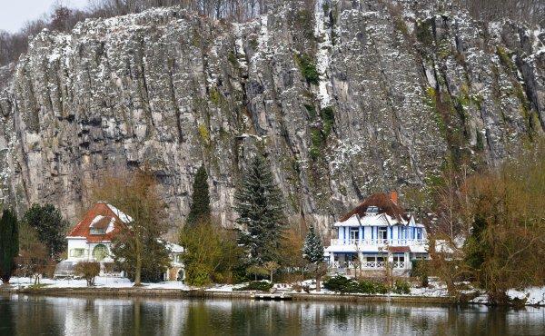 La Meuse namuroise bordée de blanc...