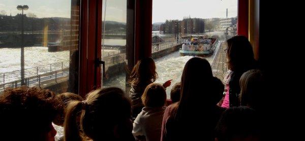 Fraicheur, mais soleil au rendez-vous pour cette première journée de printemps! - Visite de l'écluse par les élèves de deuxième et troisième primaires de l'école de La Plante  ;)  - Le CHRIS-LI (B) transporte 934t. de charbon entre Rotterdam et Givet.
