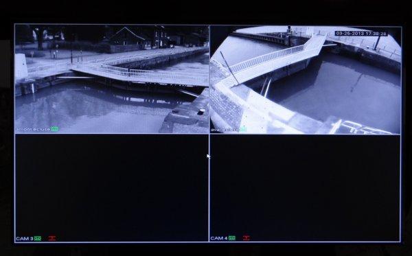 Avant un nouveau retour de l'hiver, on relève un peu les vannes avec +- 300 m³/sec. sur la Haute-Meuse. - LOANA CALISTA, TORDERA, CANBERRA, TORA-ZO parmi les premiers bateaux filmés par notre nouveau système de surveillance (images enregistrées et stockées pendant 1 mois).