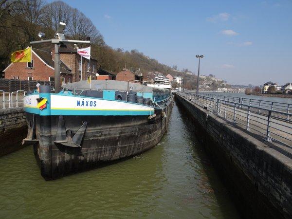 Fraicheur (T 2°), mais plein soleil sur Namur...  Parmi les bateaux du jour; VAMI (B), MS ELISABETH (L), NAXOS (B), MEUSE-ARDENNES (B), ...