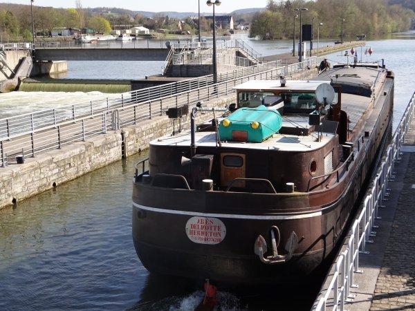 La batellerie paralyse le réseau des voies navigables depuis une semaine!  EOLE, MY WAY, ARÈS (Burcht 1959 à Vendre)
