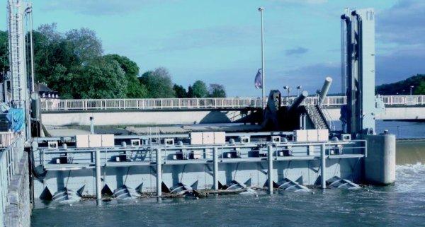 La centrale hydro-électrique de Hun   (6 turbines de 17 m³/sec. - débit max. 102 m³/sec.) coordonnée avec le barrage.