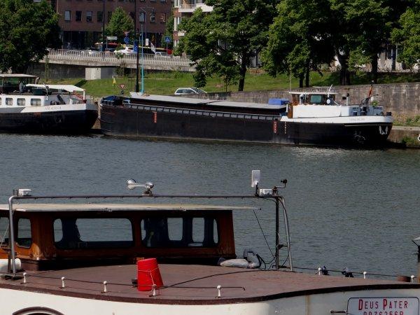 """Le Michot """"DEUS PATER"""" (B) Jambes, un nouveau bateau-logement amarré au Quai de Meuse - Le pousseur ZWERVER (B) de Driving Expedition S.A. - DONARYS (NL) au port du Bon Dieu.  Le beau CORONA DEL RIO attend toujours l'amateur de Plaquet 59 ;) 240 tonnes d'acier en apesanteur au-dessus de la Meuse (L'avenir.net)"""