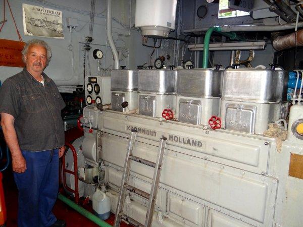 M. Bakker nous offre la visite de son magnifique BATTELLO (NL) Rotterdam (Groningen 1951) - caractéristiques particulières: GT.378 - 45,89 m. 6,31 m. 2,12 m.(!) - moteur KROMHOUT de 1957 (Amsterdam).