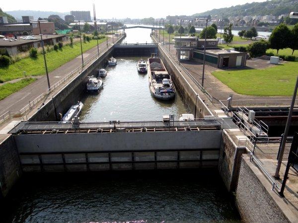 L'Ecluse des Grands-Malades, c'est la porte d'entrée fluviale sur la traversée namuroise, le confluent Sambre & Meuse, l'imposante citadelle et ses 2000 ans d'histoire, les ports de plaisance, la magnifique vallée de la Haute Meuse  ;)