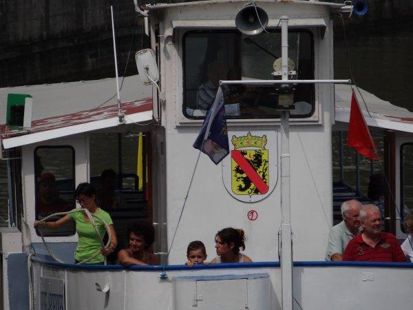 """Extrait de la fin de pause B du 24 juillet 2013 (suite)  La quotidienne Wépion-Namur-Wépion ....  - Fin de vacances pour l'équipage du """"DE WITTE"""" (NL- Maastricht) qui a laissé le frère du KARINA M à Waulsort  ;)  La fête de l'écluse à Rivière ce week-end..."""