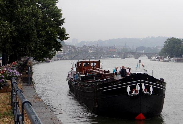 Un peu de fraicheur avec le retour de la pluie...   Débit de la Haute-Meuse: 51 m³/sec. - Essex et Terra Nova, deux jolis bateaux de 1929, l'un resté commerce, l'autre devenu plaisance   ;)