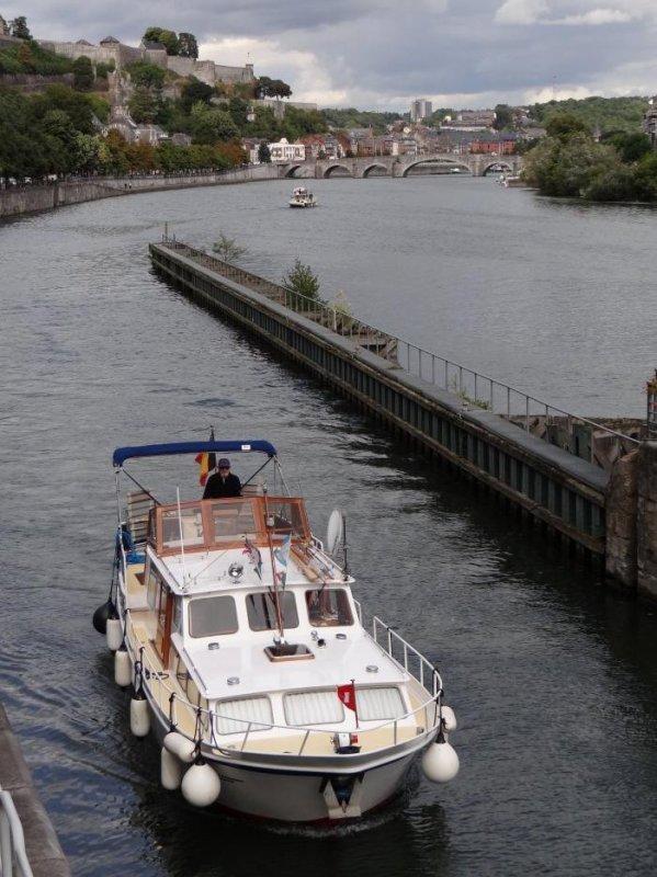 Pendant que le KAIROS (F) recoit ses hôtes à l'aval du confluent...   Extrait du faible trafic sur la Haute-Meuse