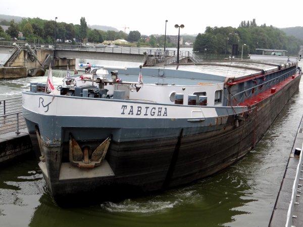 """Le Mouche se prépare pour la route du peket: balade en bateau entre les trois écluses ceinturant Namur et dans les rues du """"vieux Namur"""", accompagnée d'une fanfare et arrosée de peket."""