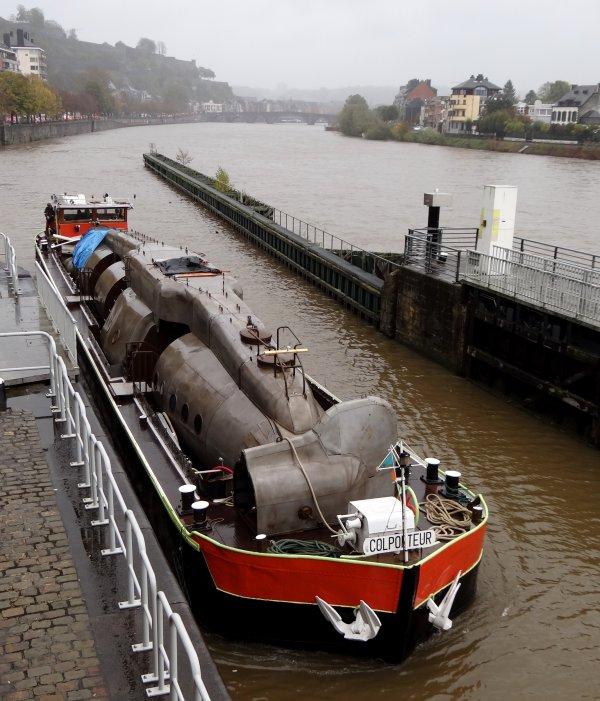 Axolotl, un sous-marin dans notre écluse!  ;)  ... sur une péniche, Le COLPORTEUR (F) à destination de Verdun