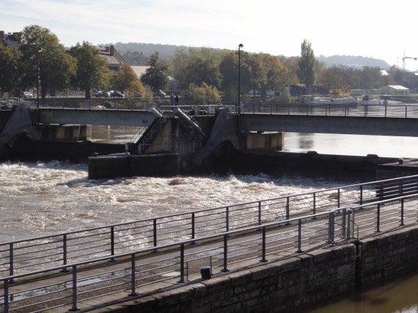"""En ce jour de commémoration, férié mais man½uvré comme un jour ouvrable (de 6h00 à 19h30), les namurois """"MAJOLOCA"""" et """"MIVINCY"""" quittent le bief amont. Le hollandais EBEN-HAËZER monte vers Givet avec 1268 tonnes de cellulose et un enfoncement de 2,49 m. contre les 478 m³/sec. de débit du fleuve."""
