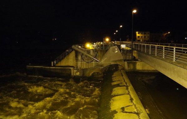 Lente diminution du débit de la Haute-Meuse (461 m³/sec. à 8h.) - Le MERCATOR, 110,00 m. chargé, en travers de la Meuse à Marche-les-Dames ...