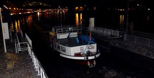 Gilbert à la barre de son MELISSA s'en va vers Dinant pour retirer le batardeau du barrage.