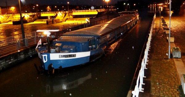 Après une rencontre bien sympatique au PC de l'écluse, le capitaine du SIKKIM, embarque un bateau-stoppeur pour une courte balade fluviale... ;)