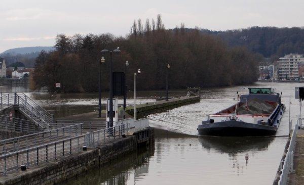Parmi les 8 bateaux du jour, c'est le trafic journalier maximal de ce mois de janvier sur la Haute-Meuse...
