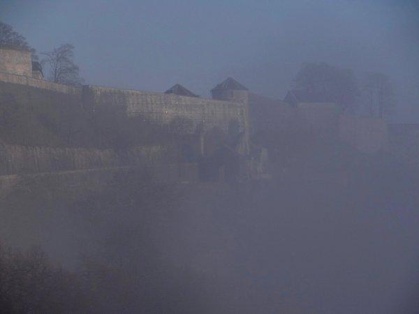 Entrée et sortie du sas de notre écluse sont toujours dans le noir complet ce 3 février 2014!  Entre brouillard et soleil sur la vallée mosane  ;)