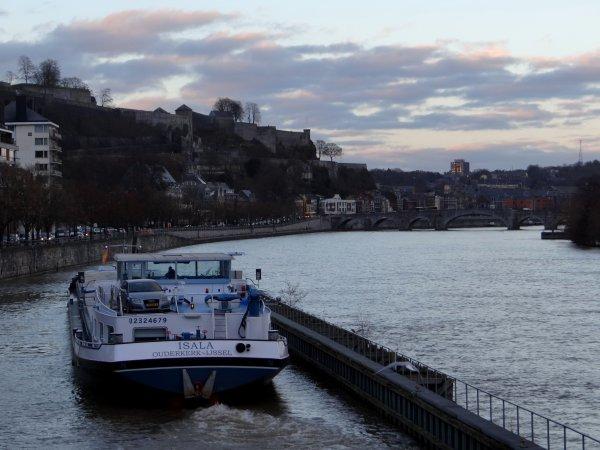 marinetraffic.com (AIS),  cette application accessible à tous, permet de situer l'emplacement (presqu') en temps réel, des bateaux sur nos voies navigables ;)