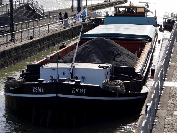 1er. chargé du mois pour Givet (!), le YARIS,  avec 1164t. de charbon (enf.2,25m.) en provenance de Rotterdam, suivi par le SOBEK, chargé de 928t. de cellulose (enf.2,20m.) en provenance de Vlissingen  ;)