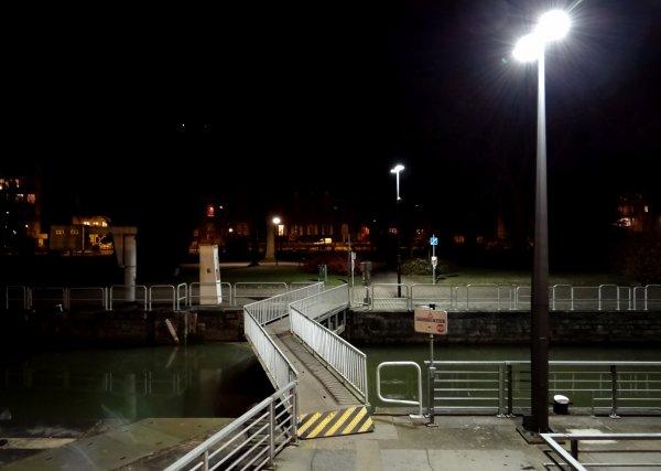 Après 5 mois dans le noir, les passages sur les portes de l'écluse retrouvent la lumière...    ;)
