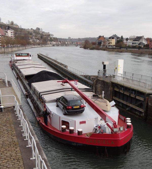 4094t. de charbon de Rotterdam à Givet. Nouveau sur la Haute-Meuse, le REMACUM (B) transporte 920t. de charbon, suivi pour le même voyage, par MOKUM (NL) avec 1195t., GABRIELA (NL) avec 1030t. et ESTHER (NL) avec 949t.