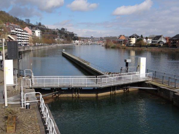 1er dimanche du printemps 2014 et pas un plaisancier en vue à l'entrée de la Haute-Meuse... :(  Pour rappel, les dimanches sont toujours fermés aux bateaux marchands à l'amont de Namur. Ouverture dominicale des écluses de la Haute-Meuse: de 9 à 14h (1/11 au 31/3),  de 9 à 18h. à partir du 1er.avril (1/4 au 30/4 et 16/9 au 31/10), de 9 à 19h30 à partir du 1er. mai (1/5 au 15/9)- La semaine, pour tous et toute l'année, du lundi au samedi de 6 à 19h30 (les 4 jours non manoeuvrés sont; le dimanche de Pâques, 1er novembre, 25 décembre et 1er janvier)