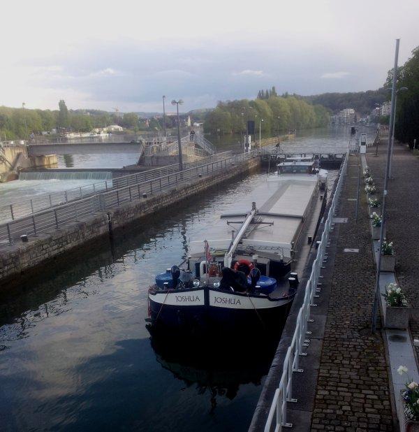 Après le weekend Pascal  ;) , le calme pour la reprise, idéal pour les mises à jour...  FRYA & ERAGON parmi les 3 bateaux de la pause matinale ... JOSHUA (F) en dernière avec 240 tonnes d'orge