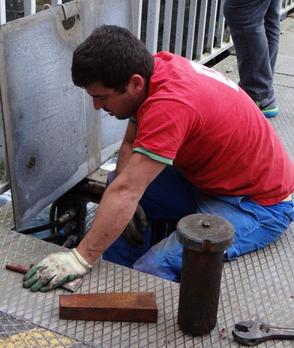 L'inspection des ancrages de nos vantaux laisse présager des travaux dans les prochaines semaines... :(  suivre les avis à la batellerie! - FANDANGO revient sur la Haute-Meuse deux ans avant la retraite de son équipage...