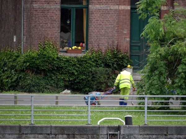 """Suite à l'interdiction de l'utilisation d'herbicide, le service """"Espaces Verts"""" de la Ville de Namur procède au déserbage thermique (ici, les petites surfaces)... - Ostende à l'Ancre 2014 par Pierre Lemoine"""
