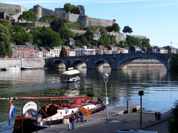 Jour d'anniversaires (70 D-Day, S.M. Albert II et notre seigneur de la Meuse, Jean Marie Courbet qui passe le cap de la soixantaine  ;) .... avant un beau weekend de fête...  Et les hollandais toujours les plus nombreux sur la Meuse namuroise  ;)  La baignade à la plage d'Amée, c'est terminé :(