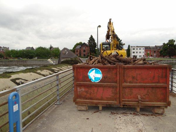 La vidange de la 4è. vanne annonce la fin des travaux sur le barrage, avant la mise en place, côté bajoyers de l'écluse, de 12 nouveaux organeaux destinés à la plaisance ...