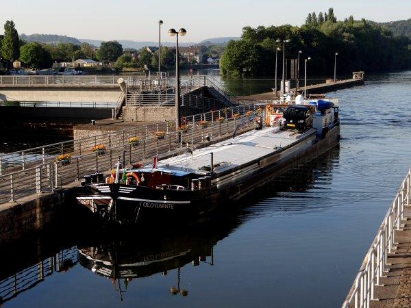 DEO IUVANTE en provenance de Neufchâtel-sur-Aisne avec 250t. d'orge pour Lieshout parmi les 24 bateaux de la pause matinale du 1er juillet 2014