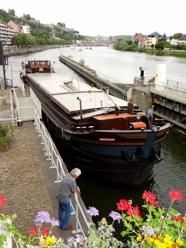 """Albert à la barre & Mathieu aux amarres du Meuse-Ardennes, notre régulier """"Namur-Wépion-Namur"""" - MS ARLENE de retour de Dinant."""